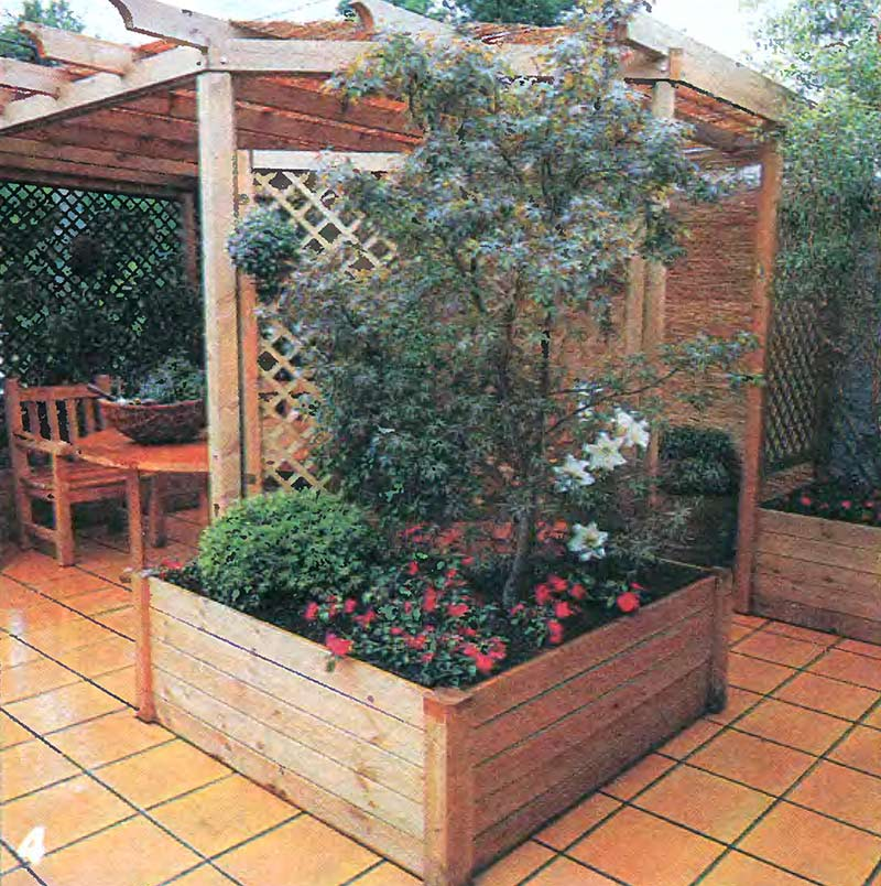 Уютная терраса на даче с перголой и ящиком для растений