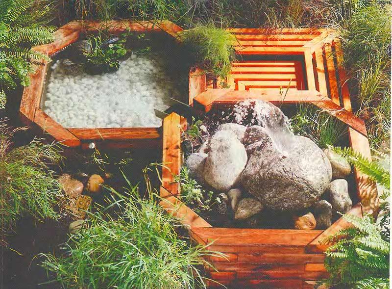 Искусственный пруд с фонтаном на террасе