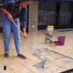 расшивают швы плитки