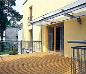 Конструкция террасы автономна: ее элементы не связаны с примыкающей стеной строения.