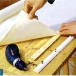 Закрепляем ткань шторы